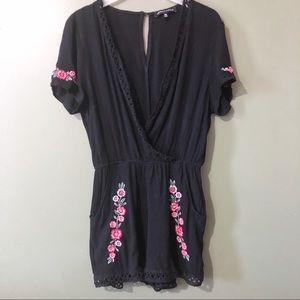 🌸Kendall & Kylie black romper flower embroidery